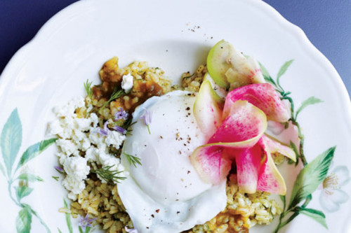 Arroz con Sorrel y huevos poache. Por Epicurious
