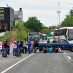 Grupos campesinos bloquean carreteras de Oaxaca y Puebla