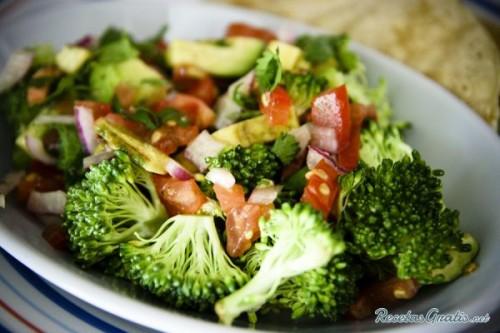 Ensalada de brócoli con aguacate